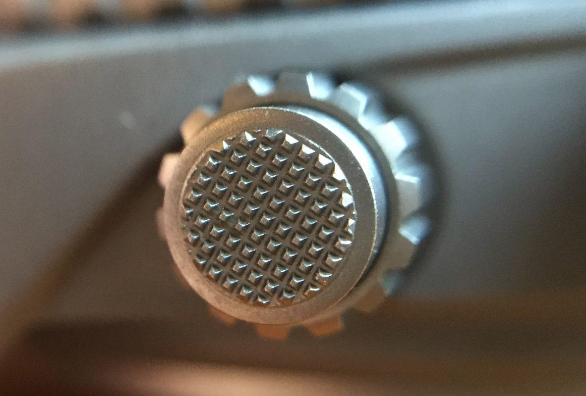 按下4點鐘位置的按把能讓副錶盤上的深度記錄歸零。