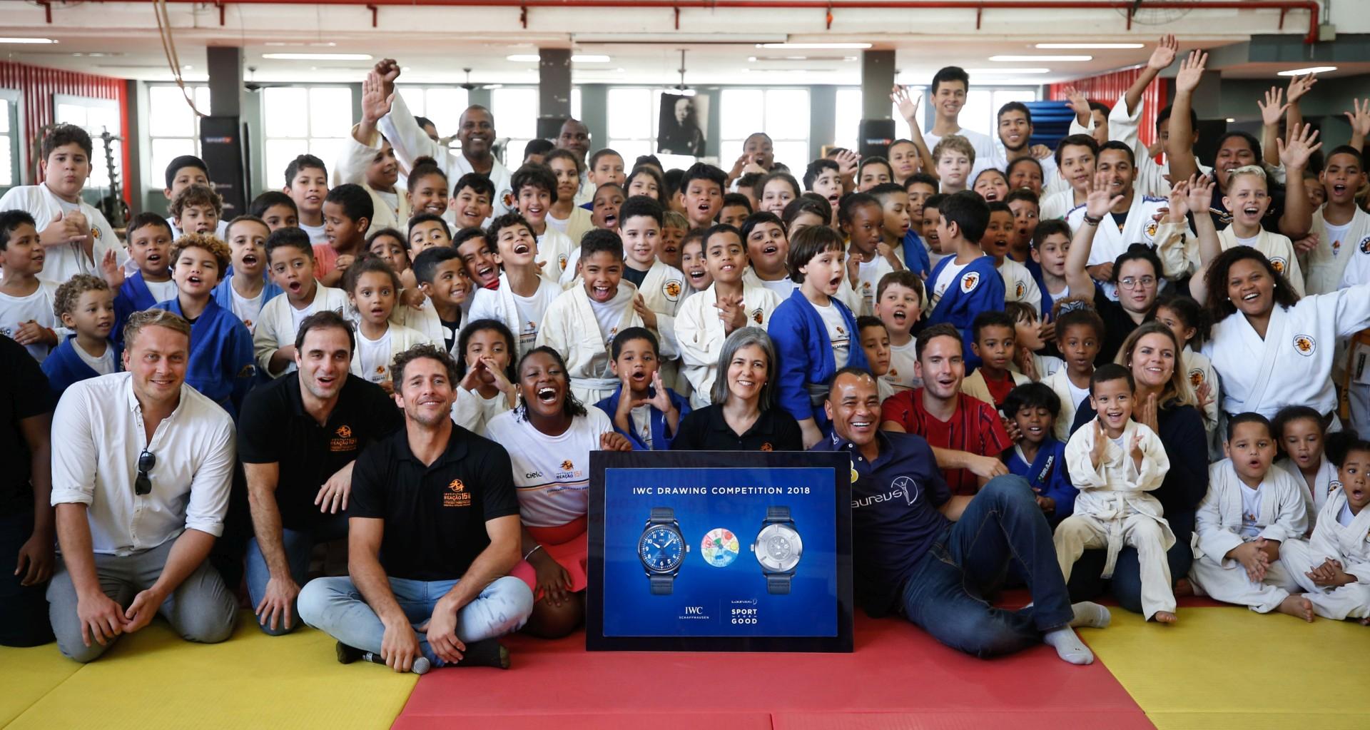巴西足球傳奇人物卡富與IWC萬國錶「勞倫斯」兒童繪畫比賽冠軍會面