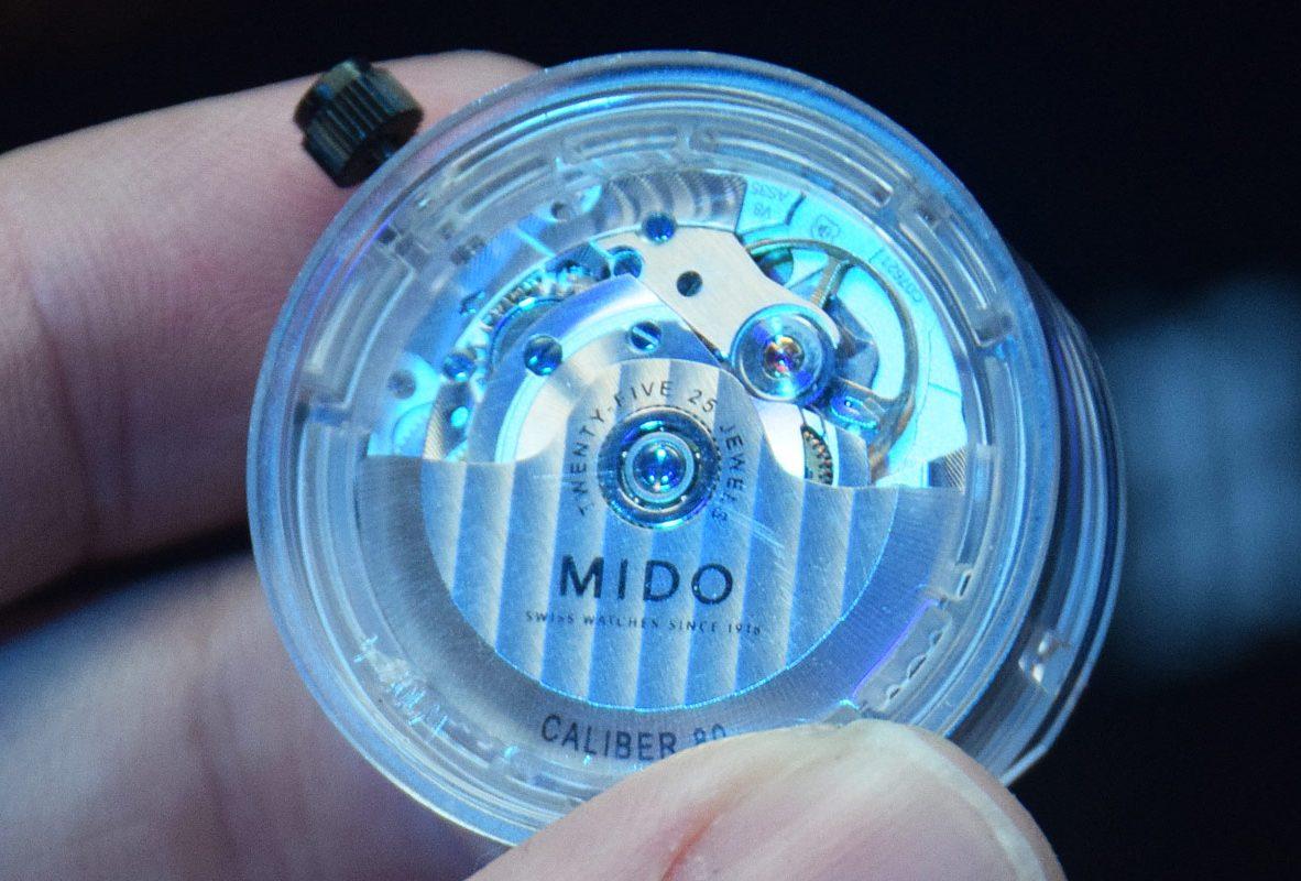 Mido Caliber 80 Si 自動上鍊機芯上能看到日內瓦波紋修飾的自動盤。