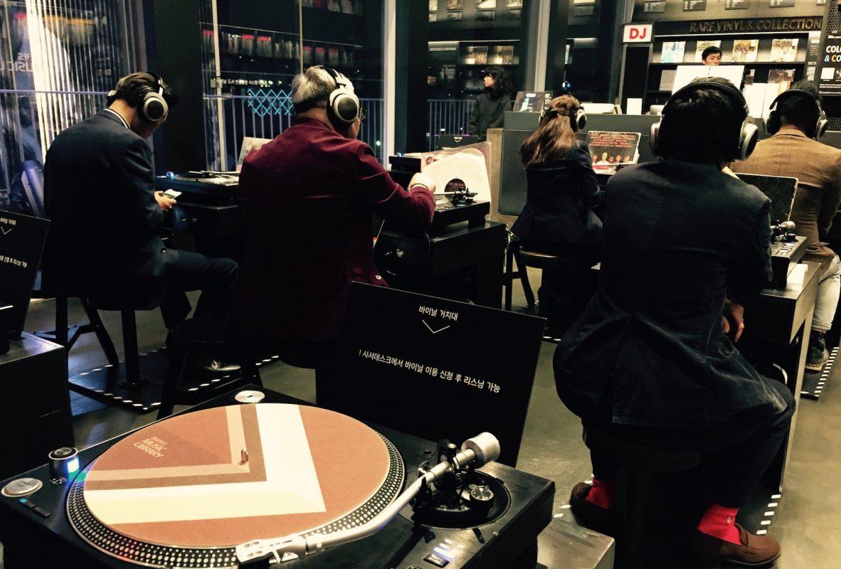 現代信用卡音樂圖書館內收藏了超過一萬張黑膠唱片,並設置九台黑膠唱片機,讓人現場聆聽具有溫度的音樂。