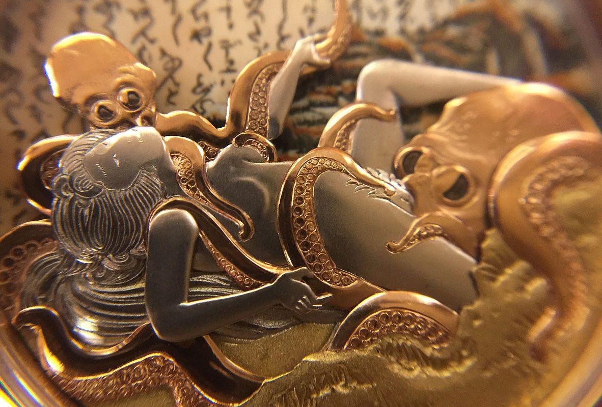 近拍錶盤上的《章魚與海女》金雕動偶,刻畫維妙維肖。