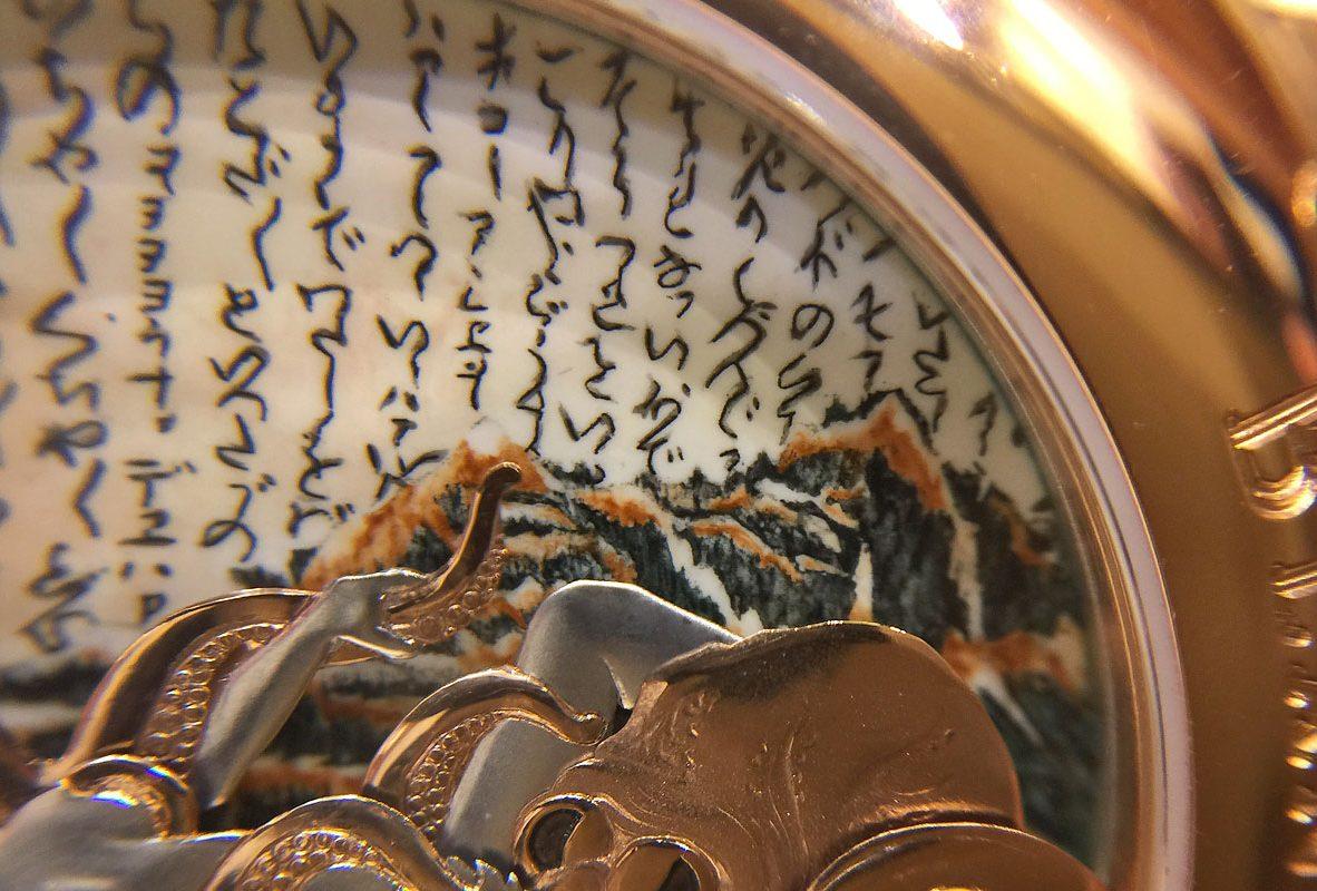 近拍錶盤上的《章魚與海女》琺瑯彩繪。