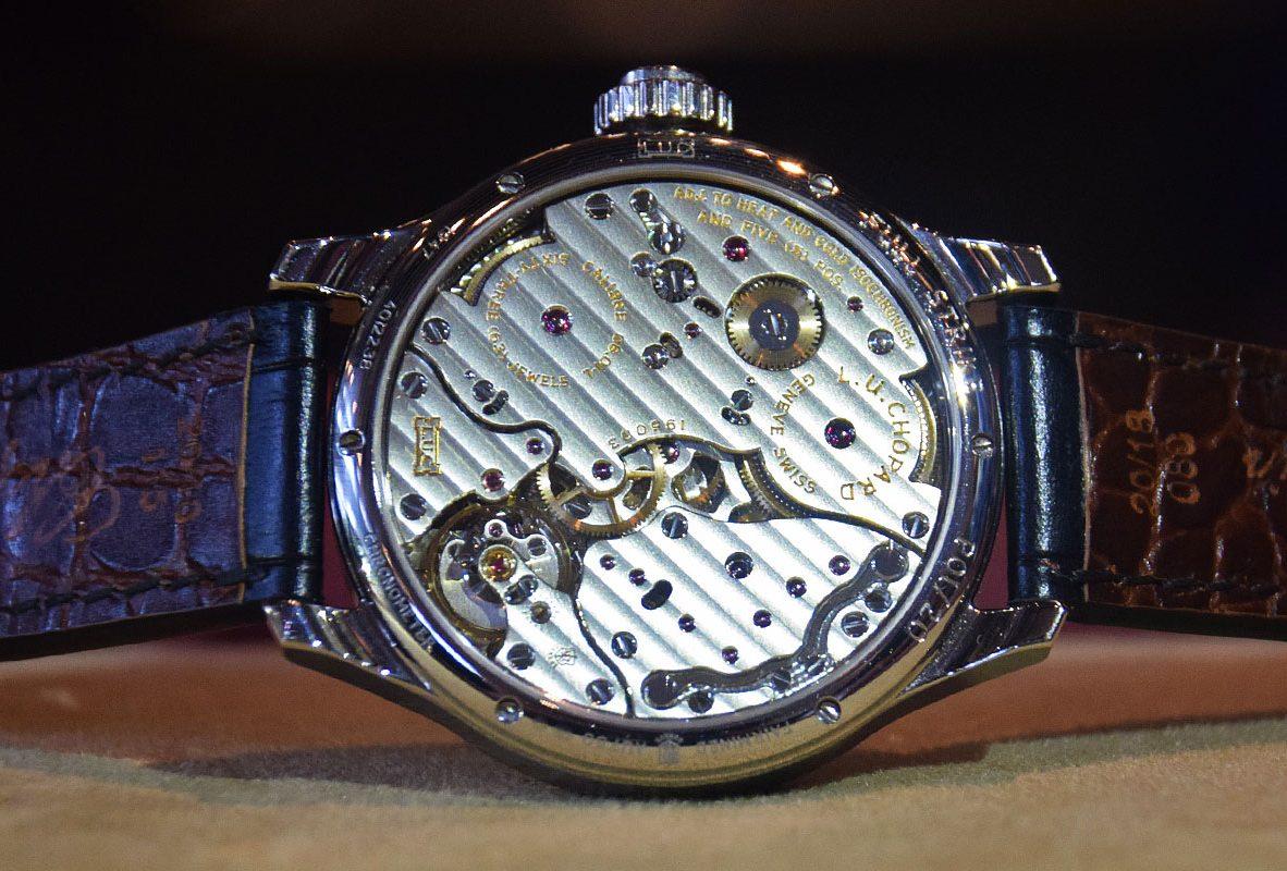 L.U.C Full Strike錶背,精緻的日內瓦波紋、機芯邊緣倒角、拋光,連寶石軸承套筒也如此處理。