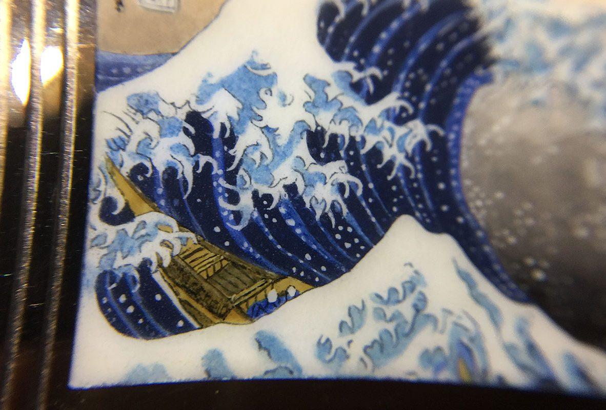 翻轉系列琺瑯腕錶《神奈川衝浪裡》近拍。