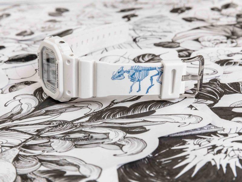 上方錶帶印有野豬骨骼