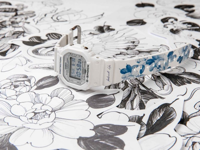 下方錶帶有象徵富貴吉祥的牡丹圖樣