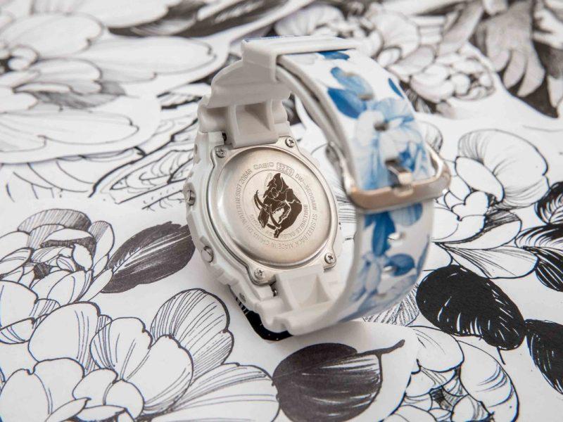 錶背蓋印有野豬剪影