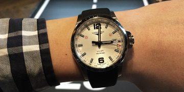 用「閃光」對時:Longines Conquest V.H.P.兩地時區閃光設定石英腕錶