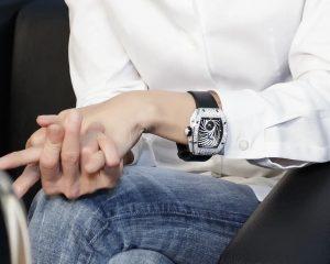 好恐怖!日本人巴黎酒店門口抽根菸,價值2,500萬的頂級手錶被搶了。