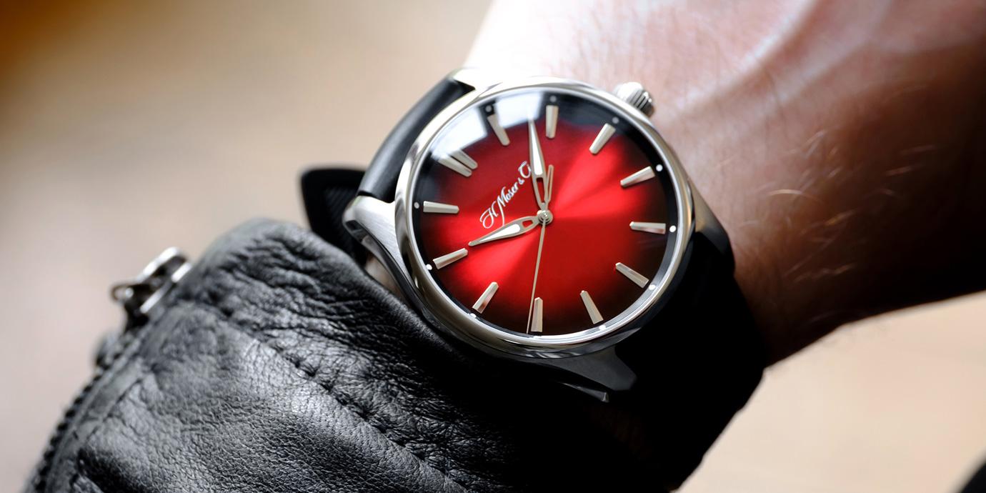 大膽煙燻紅:H. Moser & Cie.開拓者大三針瑞士紅腕錶